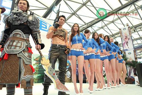 Giant Interactive với bộ cosplay hầm hố của Long Hồn 2