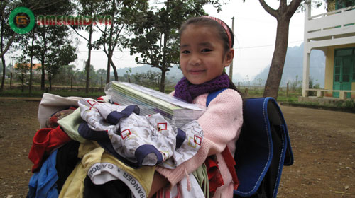 Mai Phương Thúy nhận 3000 gói mì ủng hộ miền Trung 2